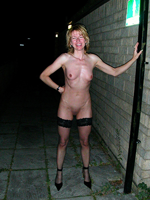 naked women outdoors