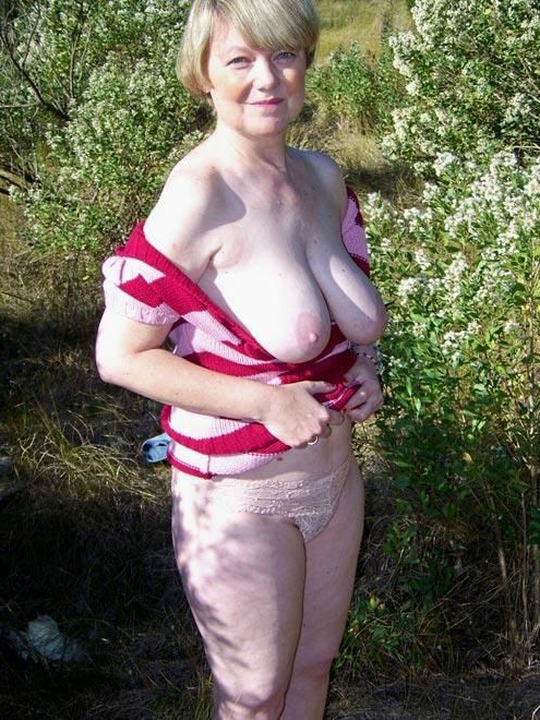 sexy women naked outdoors